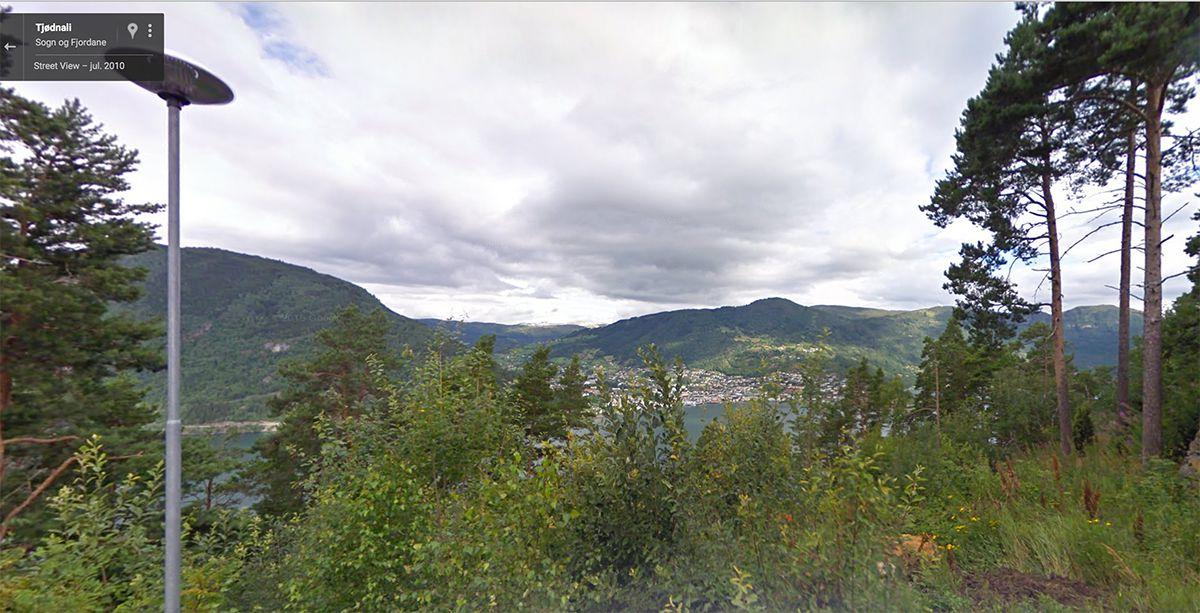FRÅ GOOGLE: Slik såg det ut sommaren 2010; allereie på god veg mot fjordutsynet. (Skjermdump frå Google Streetview)