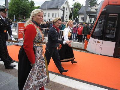 Dronning Sonja opnar Bybana i Bergen. Foto: Jonny Eriksen (Wikimedia Commons)