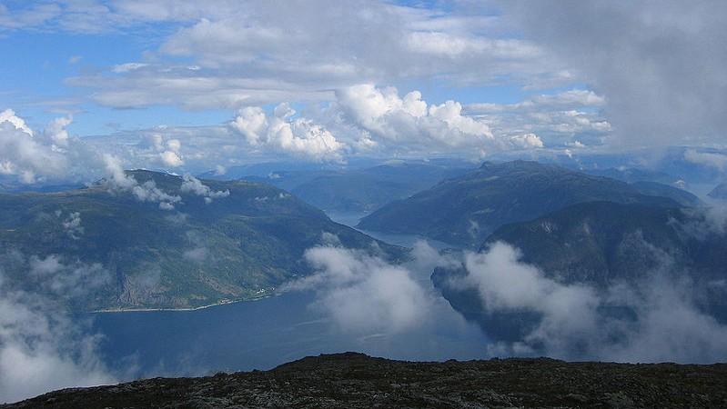 Fimreite til høgre på hi sida av fjorden. Foto: Per Olav Bøyum (Wikimedia Commons)