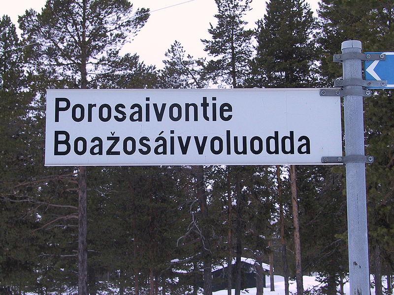 Skilt på finsk og nordsamisk. Foto: Htm (Wikimedia Commons / CC By SA)