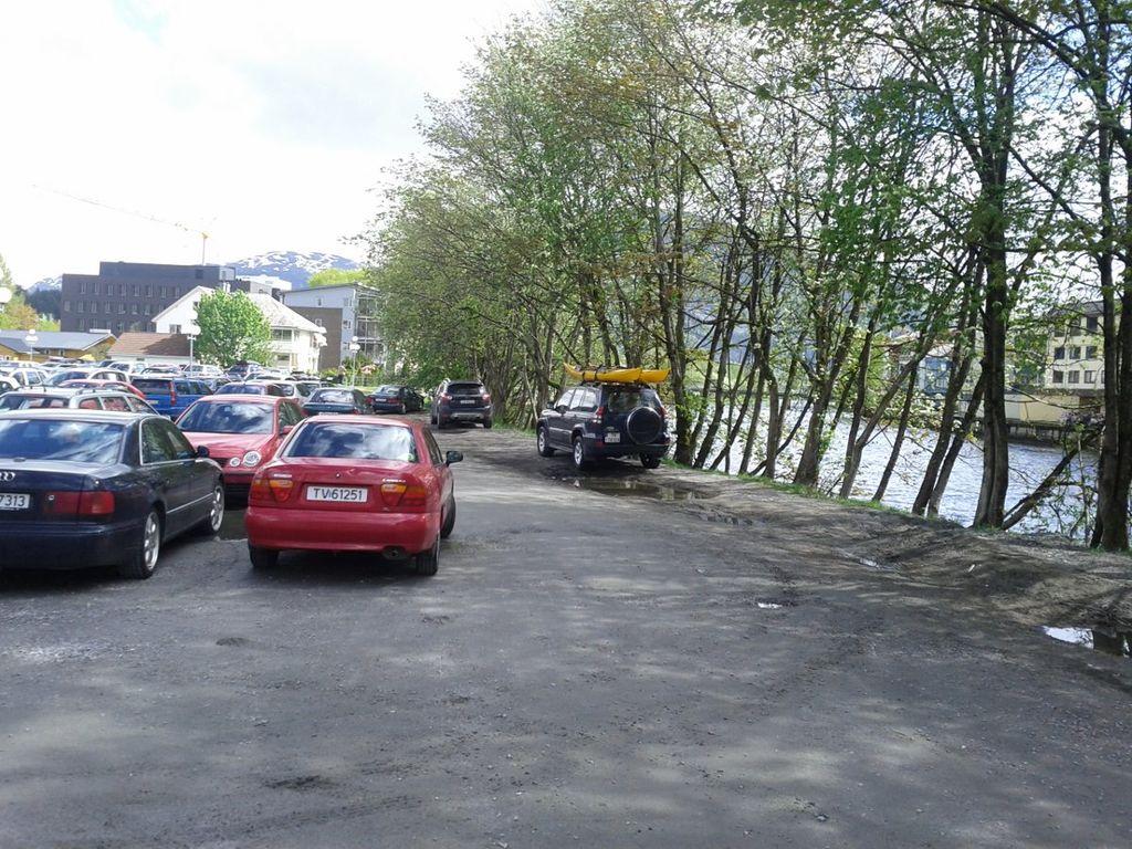 Attraktiv elvebredd, fin parkeringsplass.