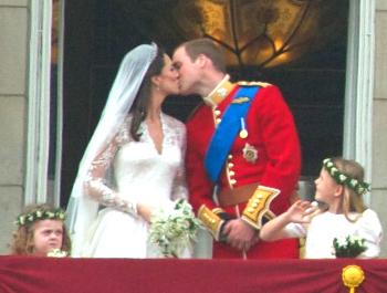 Prins William kysser brura Kate Middleton. Foto: John Pannell (CC).