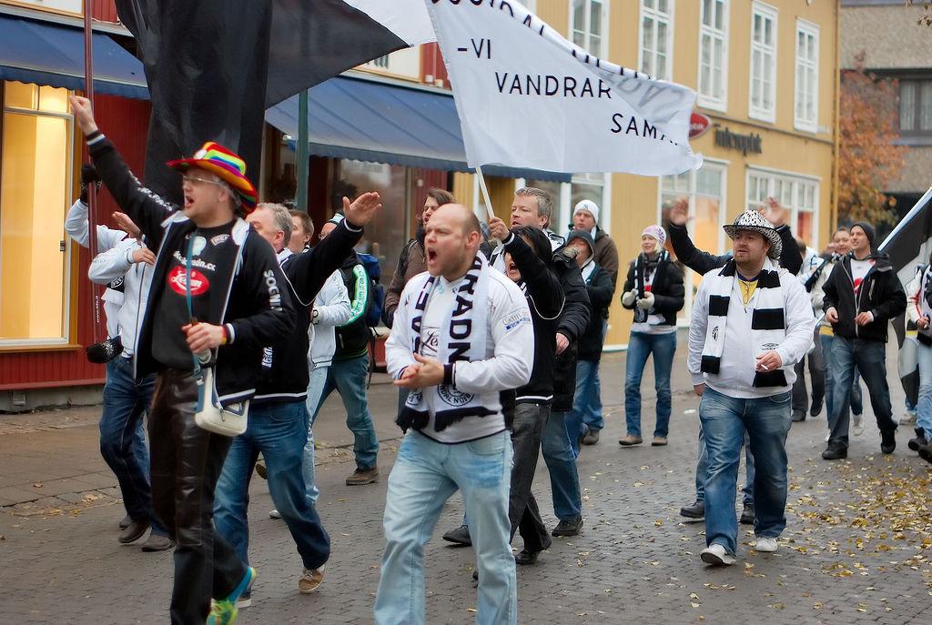 Saftkokaradn i Hønefoss i 2009. Under dei fargerike cowboyhattane skjuler det seg noko meir.